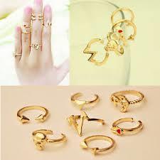 Spopola fra le ragazze la moda dei knuckle rings, gli anelli a metà dito.