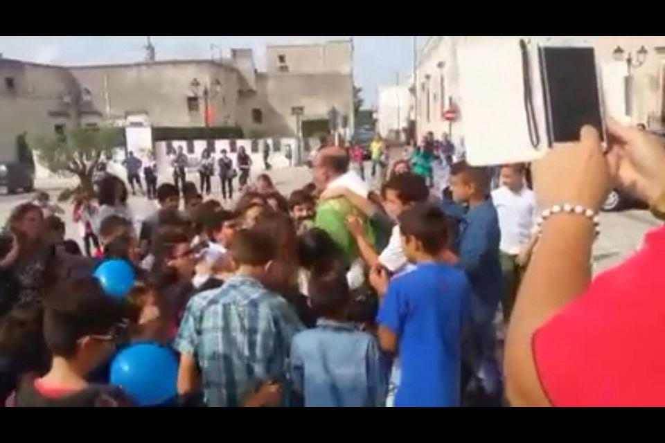 Don Corrado il parroco di Borgagne, fra flash-mob applausi ,lacrime e sorrisi,lascia la piccola comunità di Borgagne