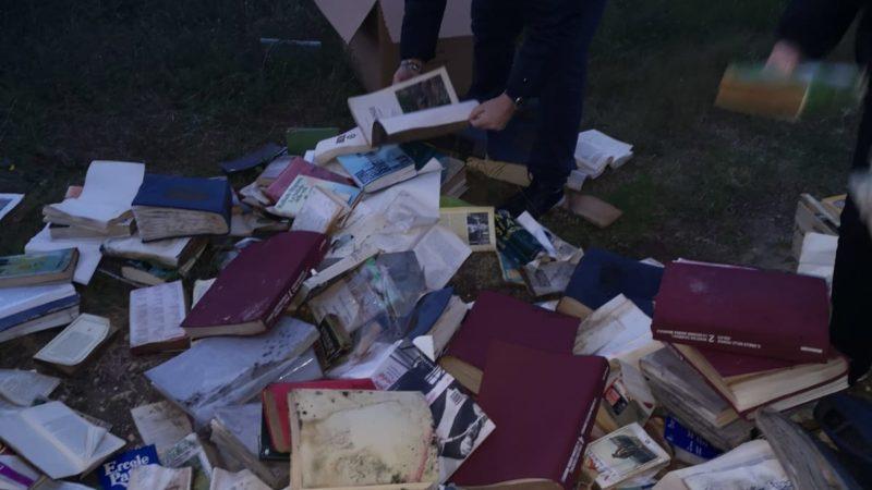 Una discarica di libri a San Foca, marina di Melendugno